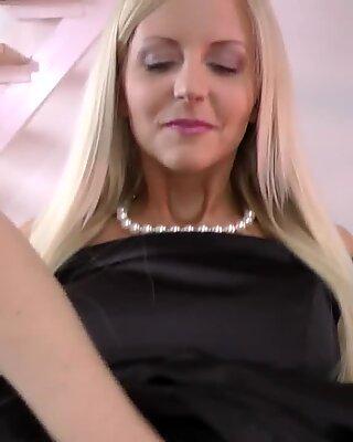 Mature brit tastes pussy