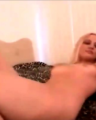 Mandy makes herself cum in some sexy pantyhose