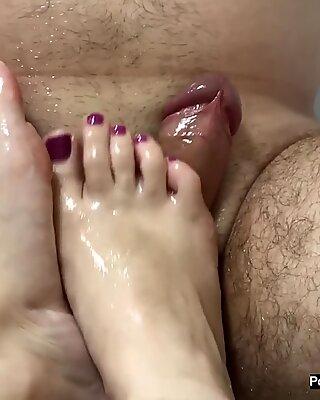 Amateur milf footjob with oiled feet