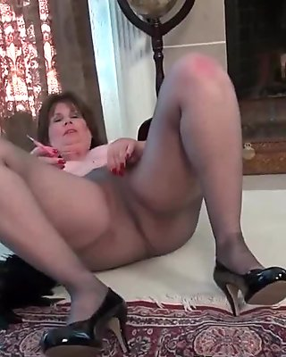 Nyloned milf Ava is at your service today
