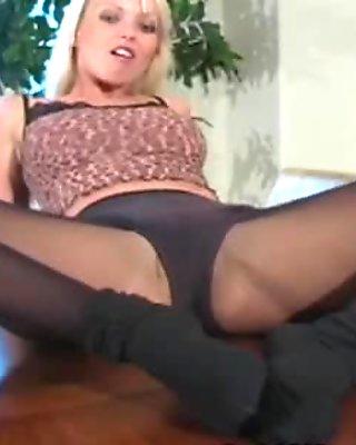Sexy quim in darksome hose